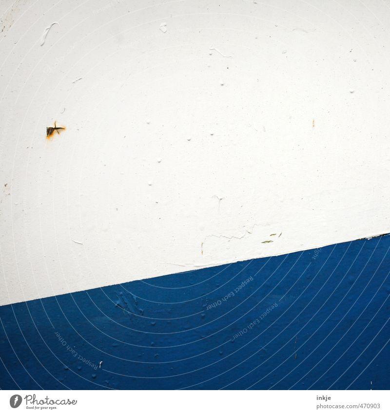 kleiner Hubschrauber überquert den großen Atlantik Menschenleer Fassade Tür Metalltür Rost Linie Streifen diagonal Punkt alt kaputt lustig nah blau braun weiß