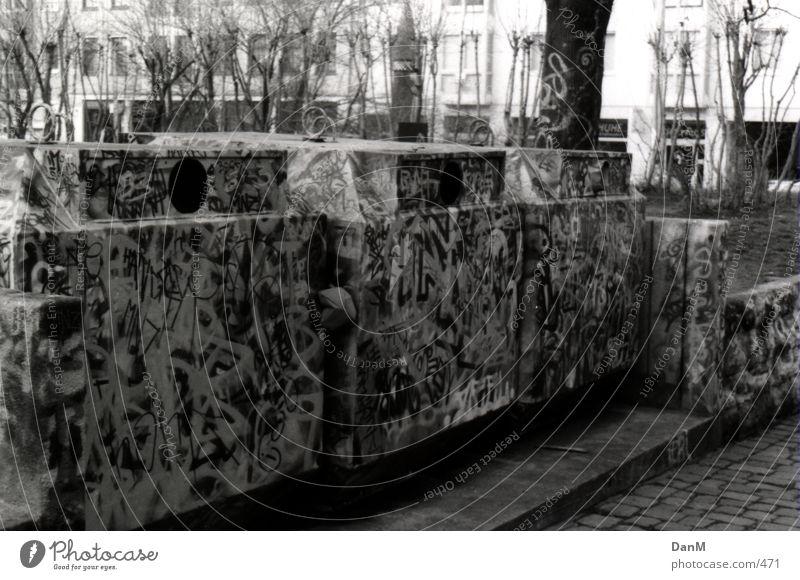 grün, weiß, braun Müllbehälter Neustadt Fototechnik grafitti Schwarzweißfoto