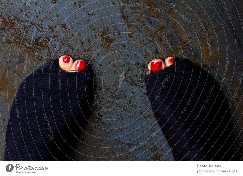 Heul doch! | Am Boden zerstört Fuß 1 Mensch stehen Aggression außergewöhnlich frech stark rosa rot schwarz Kraft Willensstärke Macht Tatkraft Ausdauer