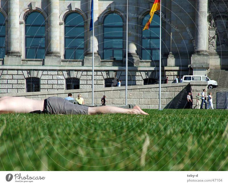 faul am Reichstag Berlin Erholung Wiese Rasen Freizeit & Hobby Deutscher Bundestag Houses of Parliament