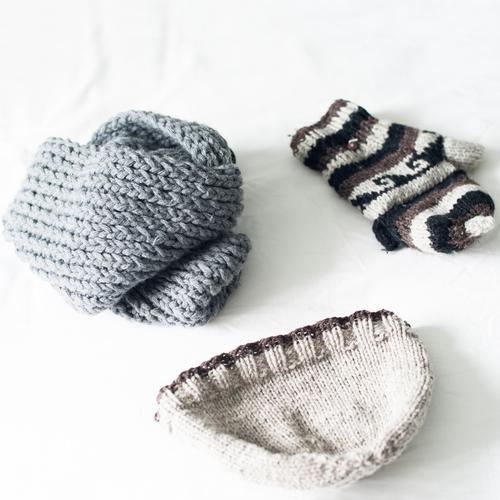 Winterensemble Wärme grau hell liegen Mütze Schal beige Wolle Handschuhe Wollmütze gestrickt Winterbekleidung