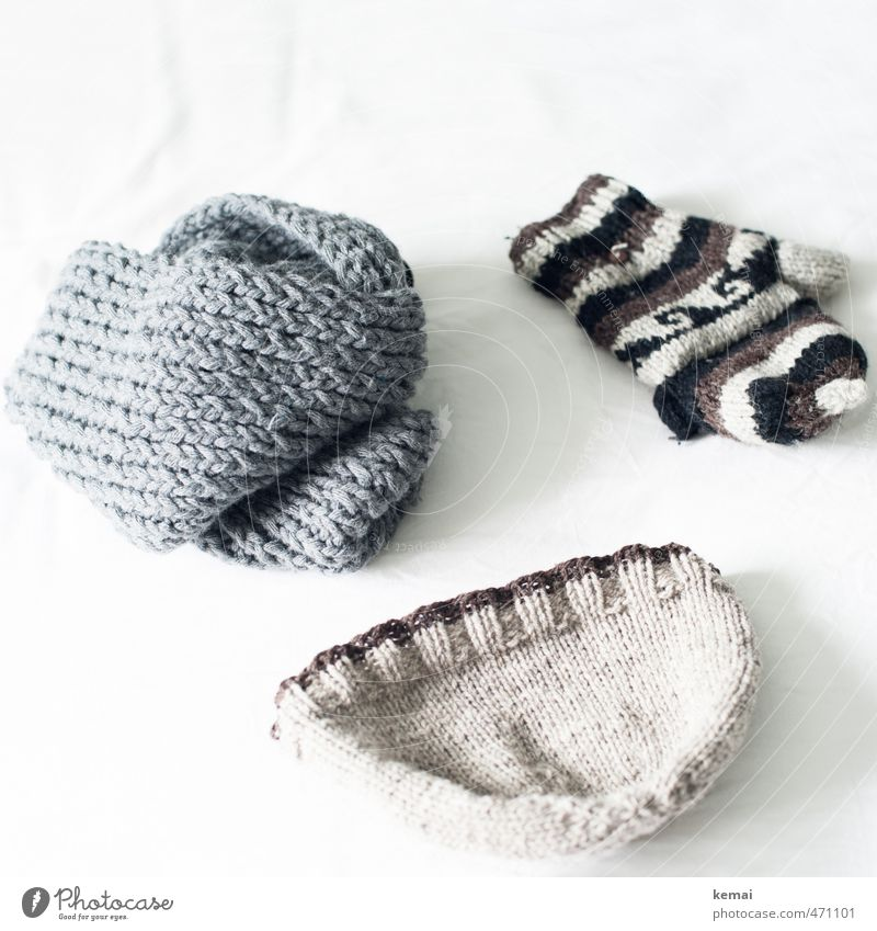Winterensemble Winter Wärme grau hell liegen Mütze Schal beige Wolle Handschuhe Wollmütze gestrickt Winterbekleidung