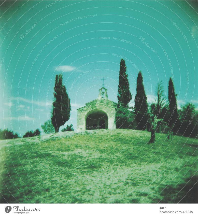 Am Ende des Weges Himmel blau grün Sommer Baum Einsamkeit Wiese Traurigkeit Tod Park Schönes Wetter Kirche Vergänglichkeit Zeichen Trauer Hügel