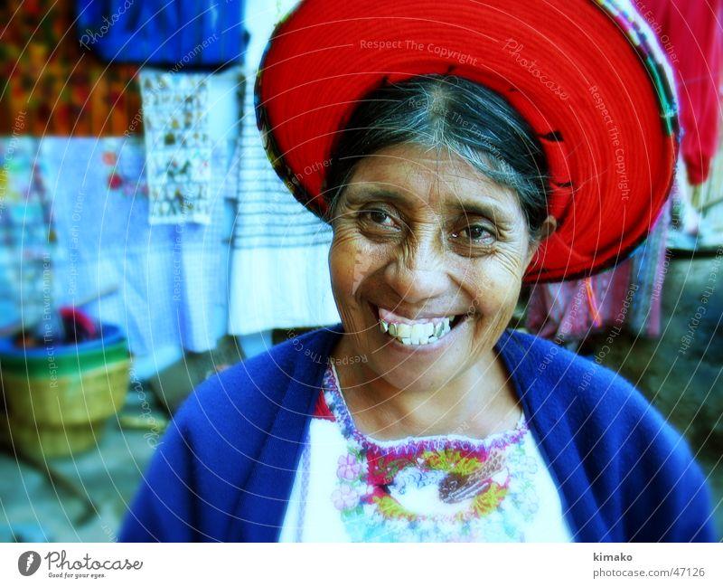Fabric Seller Frau Farbe lachen Stoff Amerika grinsen Cross Processing Guatemala