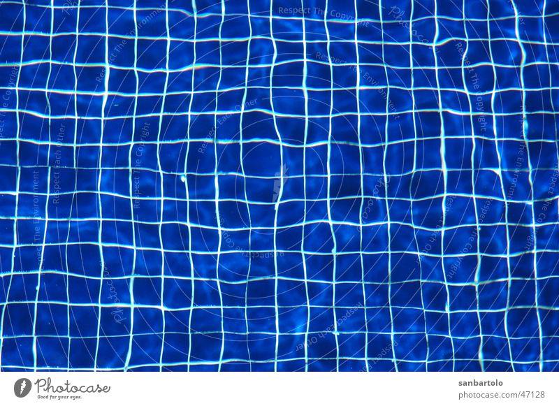 blaue Symmetrie unter Wasser Wasser blau kalt Bewegung Schwimmbad