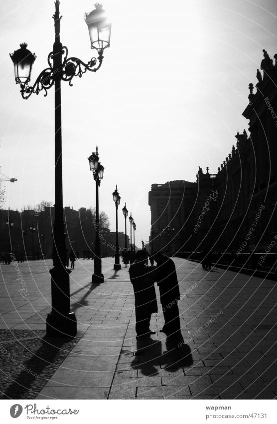 Palacio Real - Madrid Mensch Stadt dunkel sprechen Schwarzweißfoto Spanien Straßenbeleuchtung Königspalast