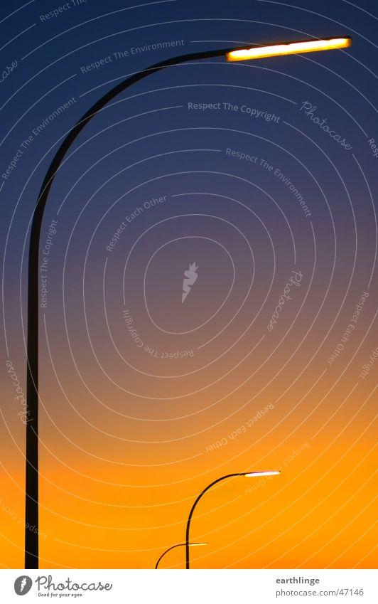 Dreigestirn Himmel blau Lampe Herbst Beleuchtung orange Straßenbeleuchtung Verlauf vertikal Hochformat