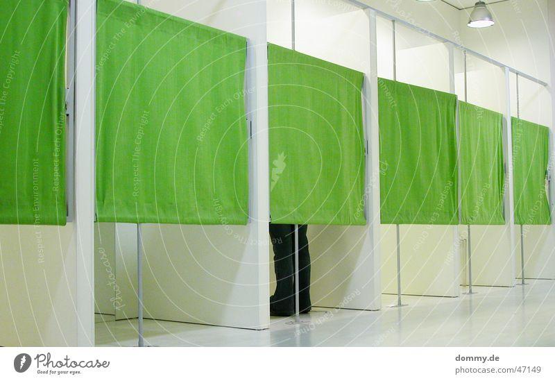 zieh dich aus kleine Maus grün weiß Innenarchitektur Design modern Stoff Ladengeschäft Umkleideraum Kaufhaus Boutique Diskretion