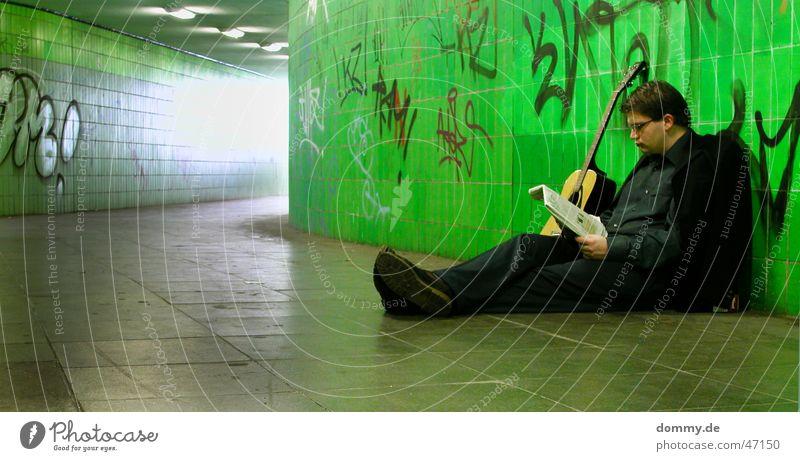 Arbeiten mal anders VI Mann Spielen lesen Pause grün Brille Hose Schuhe Student Spray Arbeitslosigkeit klaus sitzen Fliesen u. Kacheln Nase Mund Auge Bodenbelag