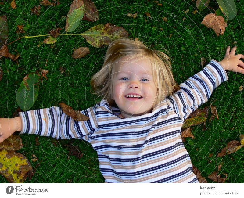 Kirsy Blatt grün Wiese Gras Kind Mädchen Streifen gestreift Rasen lachen Freude spaß relax