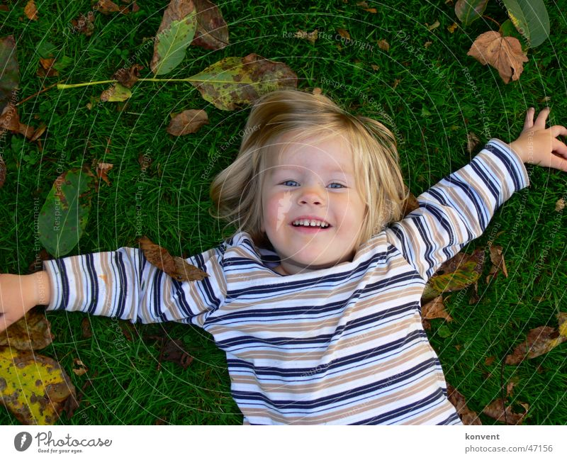 Kirsy Kind Mädchen grün Freude Blatt Wiese Gras lachen Rasen Streifen gestreift