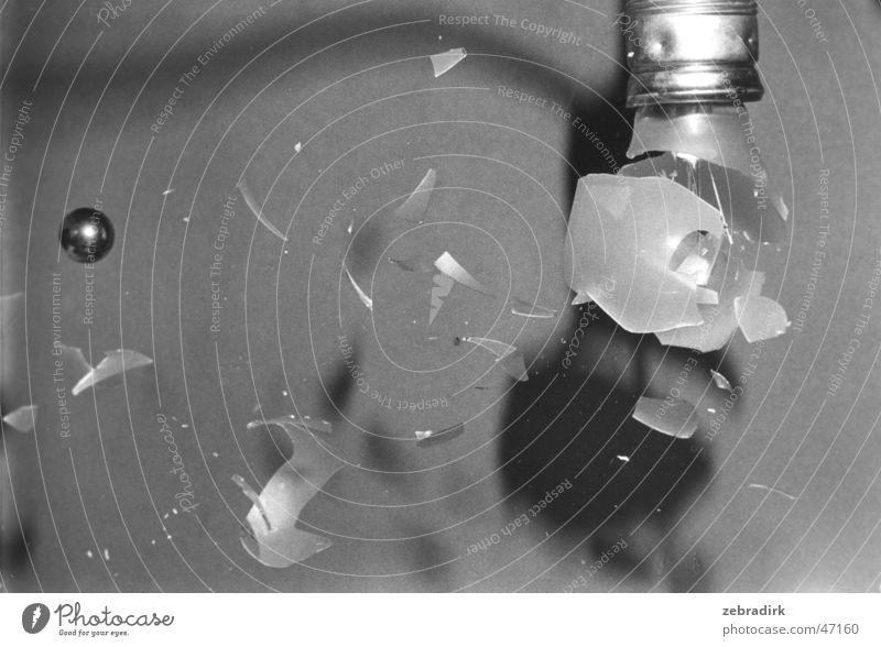 durchschlagender Erfolg weiß schwarz Lampe Freiheit grau Kraft Metall Glas Geschwindigkeit gefährlich kaputt Kugel Werkstatt Glühbirne Zerstörung Haushalt