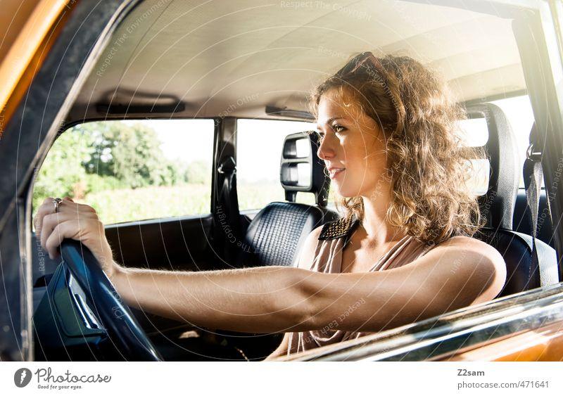 on the road! Lifestyle Stil Sommer feminin Junge Frau Jugendliche 1 Mensch 18-30 Jahre Erwachsene Verkehrsmittel Straße PKW Mode T-Shirt Sonnenbrille brünett