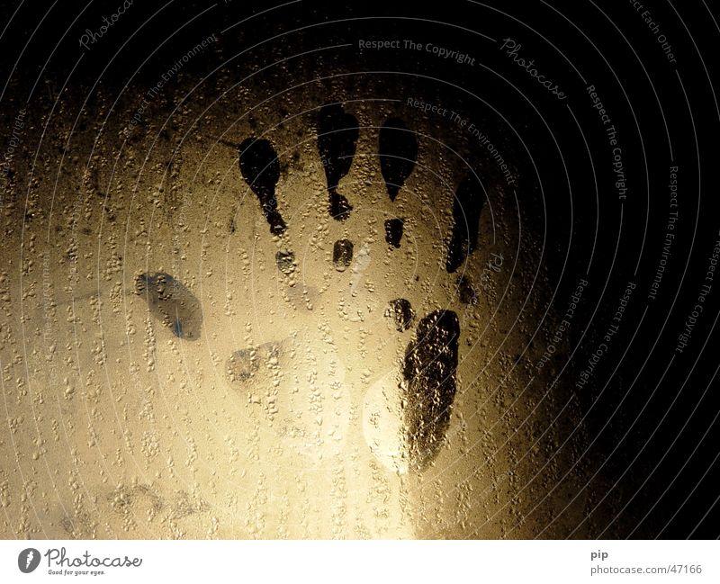handabdruck Hand Wasser Einsamkeit dunkel Fenster hell Angst Glas Nebel Wassertropfen nass gold Finger Trauer Verzweiflung Langeweile