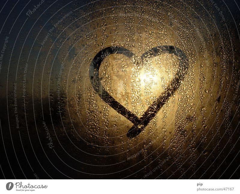 herzlicht Wasser Sonne Freude Einsamkeit Liebe kalt dunkel Fenster Graffiti träumen hell gold Glas Nebel Herz nass