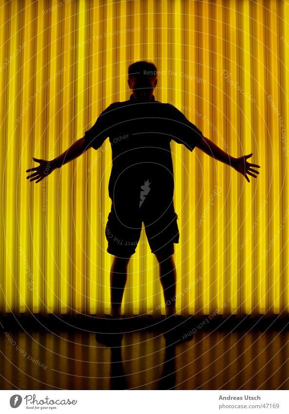 leucht stoff röhren Mensch schwarz gelb Lampe Arme Finger Stoff Museum Shorts Lichtspiel Hand ausbreiten Leuchtstoffröhre