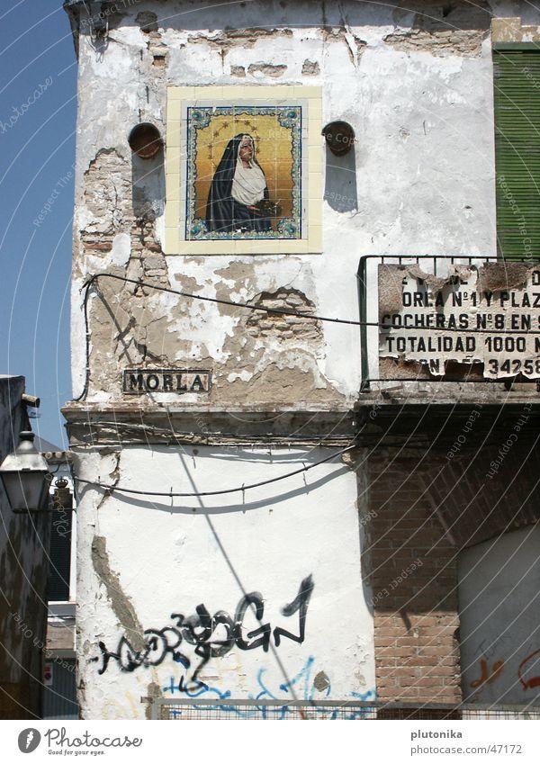 Ave Morla Spanien Jerez de la Frontera Europa Haus verfallen Ikonen weiß mediterran Süden Balkon Backstein Mauer Verfall Putz Maria grafitti Sonne gold