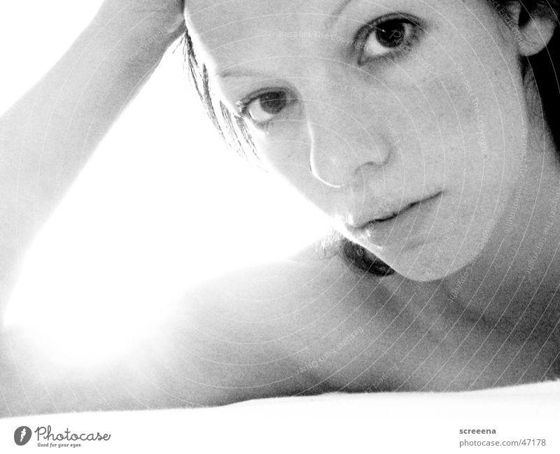 Sun Is Shining Frau Morgen blenden Bett Porträt schwarz weiß Müdigkeit Sonne Einsamkeit Schwarzweißfoto körnung