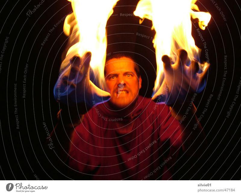 Tim brennt Hand dunkel Arme Brand heiß Theaterschauspiel brennen böse Flamme Handschuhe Teufel Monster Schauspieler
