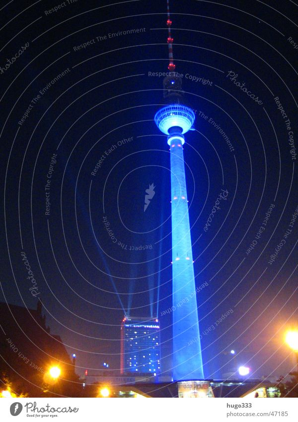 Berlin Alexanderplatz blau schwarz Berlin Nachthimmel Berliner Fernsehturm Illumination Alexanderplatz Nachtaufnahme Lichtstrahl bestrahlen