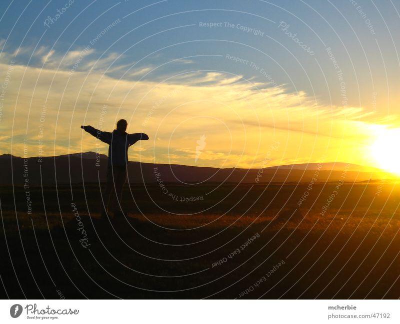 Flying Miri Frau Mensch Himmel Sonne Wolken Wiese Gras Berge u. Gebirge Landschaft groß Island hart