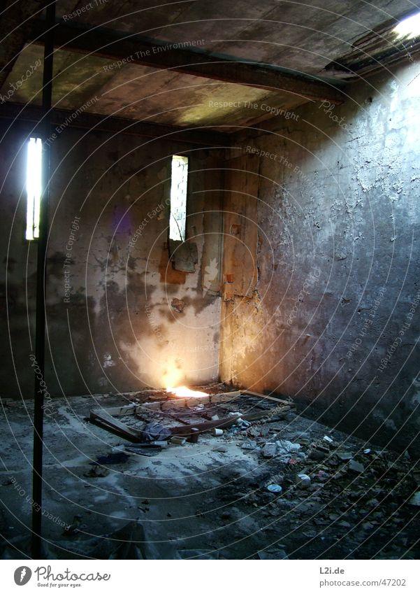 Home Sweet Home Bett Raum Wand Fenster Licht Lichtpunkt Schrott Müll gruselig Stab grau schwarz Lagerhalle Sonne alt Zerstörung Einsamkeit Stein