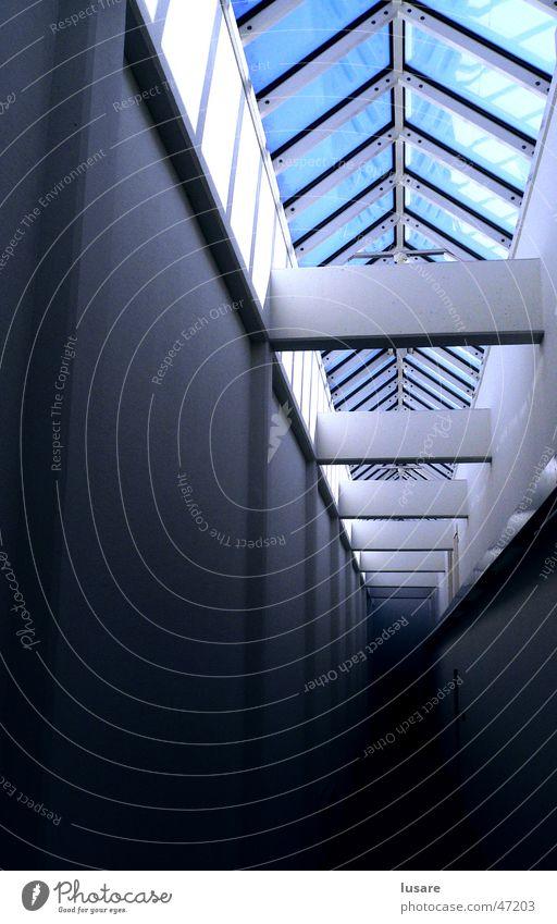 light tunnel Licht Glasdach Unendlichkeit Innenaufnahme langer gang blau Himmel dunkle ferne Reflexion & Spiegelung