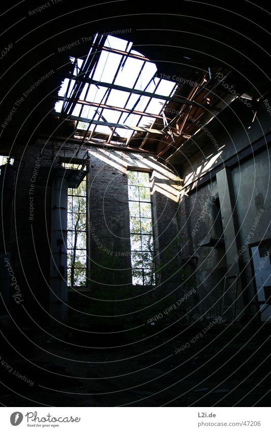 Home Sweet Home II Schacht Fenster gruselig Holzbrett Wand Licht Fabrik Baum Lagerhalle Loch Zerstörung Schatten Sonne Einsamkeit alt