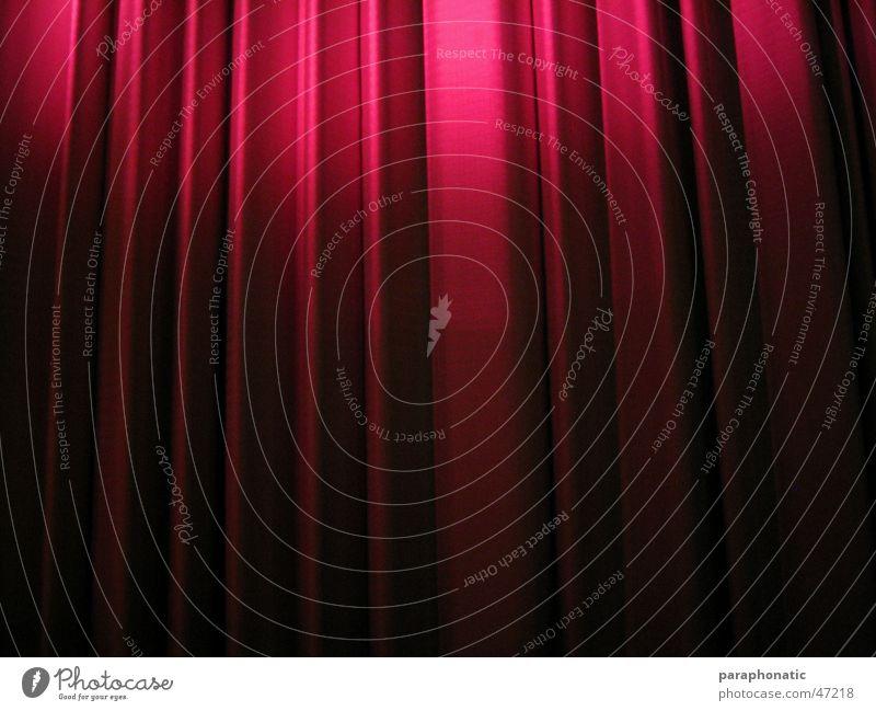 Final Curtain Stoff rot lang wellig hängend Vorhang zudecken Kino Licht Beleuchtung Vogelperspektive Falte Nacht Ende Innenaufnahme Deutschland bedecken Show