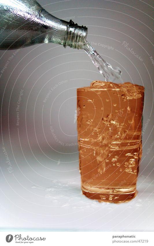 Oranges Wasser dunkel mehrfarbig Behälter u. Gefäße überfüllt Mineralwasser Gift grau weiß eingießen entladen vollmachen zuviel Reichtum Collage Fototisch
