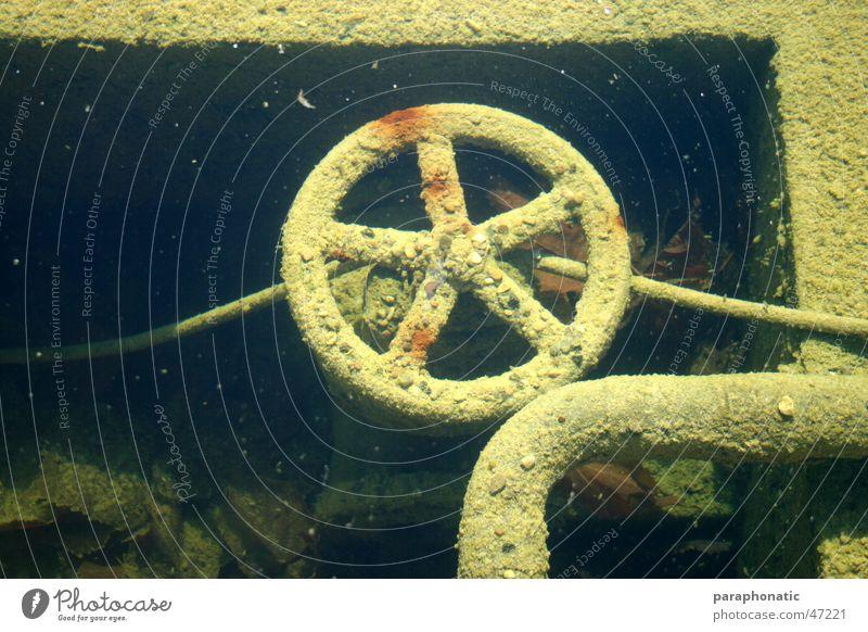 Unterwasserrad Rad Kurbel rund drehbar alt Zuleitung Ableitung Kieselsteine mehrfarbig dreckig kaputt Außenaufnahme gebraucht Unterwasseraufnahme im wasser