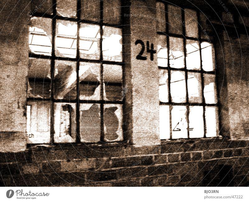 the lost #24 Einsamkeit dunkel Fenster Mauer Gebäude Fabrik Ziffern & Zahlen gruselig Bahnhof gebrochen Fensterscheibe Scherbe