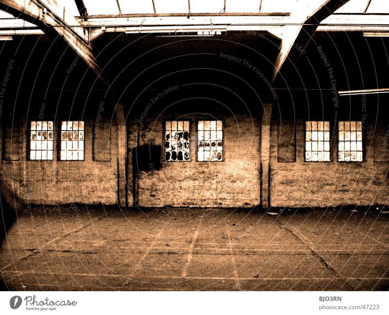 the lost #01 Einsamkeit dunkel Fenster Mauer Gebäude Fabrik Ziffern & Zahlen gruselig Bahnhof gebrochen Fensterscheibe Scherbe
