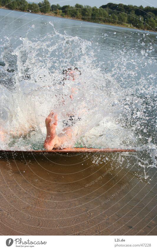 Big Splash Strand Baum Sommer Aktion Sturz Wellen See Wasser Wassertropfen Sand Sonne Fuß Mensch Freude skimboard Bewegung Natur Holzbrett