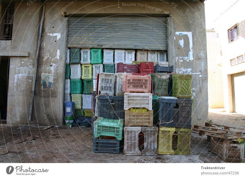 Hier wird gearbeitet Kiste Stapel Laderampe Beton Landwirtschaft Plastikkiste Farbe Sonne Lager Ladengeschäft Statue Güterverkehr & Logistik