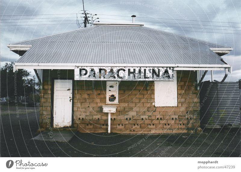 Bahnhof Parachilna alt Wolken Schilder & Markierungen Eisenbahn Schriftzeichen Buchstaben Gleise verfallen Backstein Hütte Strommast Australien Outback