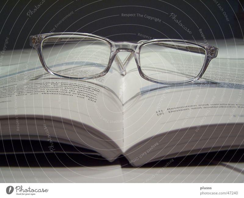 Lesen können Buch Brille Schriftzeichen Genauigkeit Brillengestell aufgeklappt Mietrecht Gesetze und Verordnungen Menschenleer Lesebrille lesen Lehrer