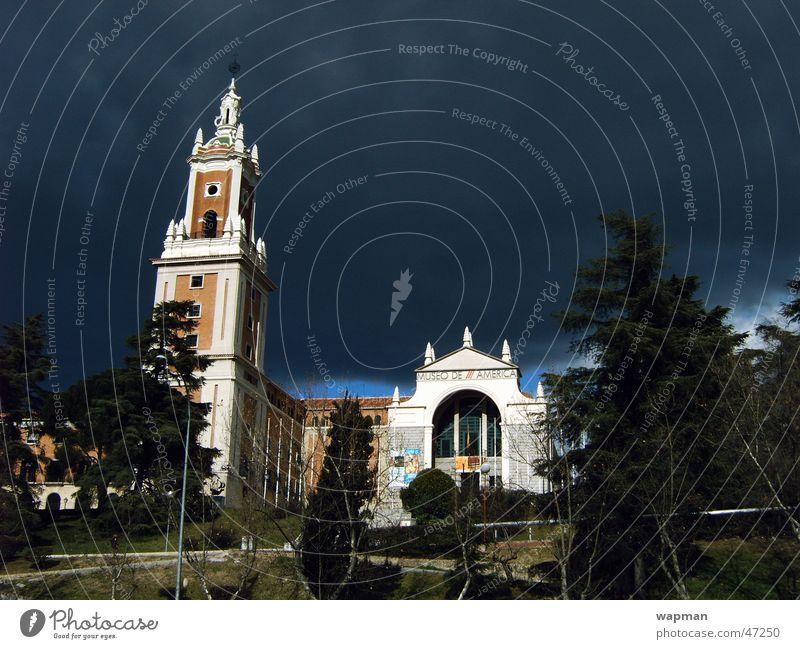 Museo de America - Madrid Wolken Gebäude bedrohlich Spanien Museum Madrid