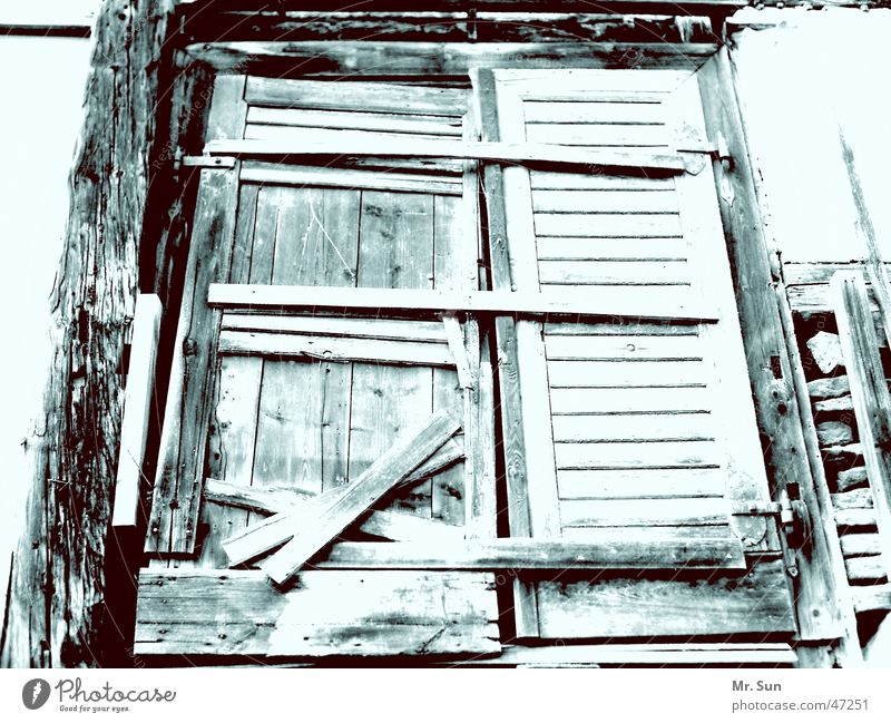 Geschlossen! alt dunkel kalt Holz Tür geschlossen Tor verfallen Holzbrett Spalte Riegel verbrettert