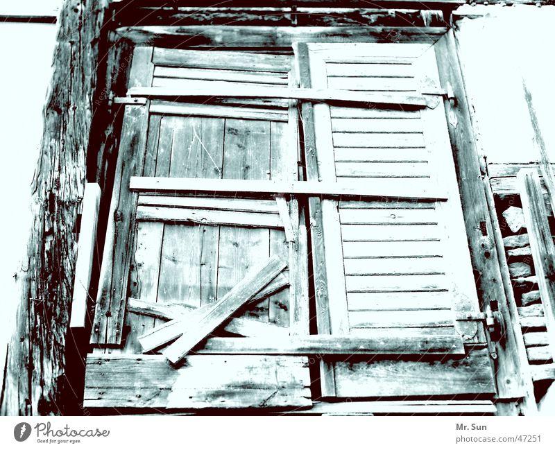 Geschlossen! verbrettert Holz kalt geschlossen dunkel Riegel verfallen Tür Tor Holzbrett vernagelt Spalte Außenaufnahme