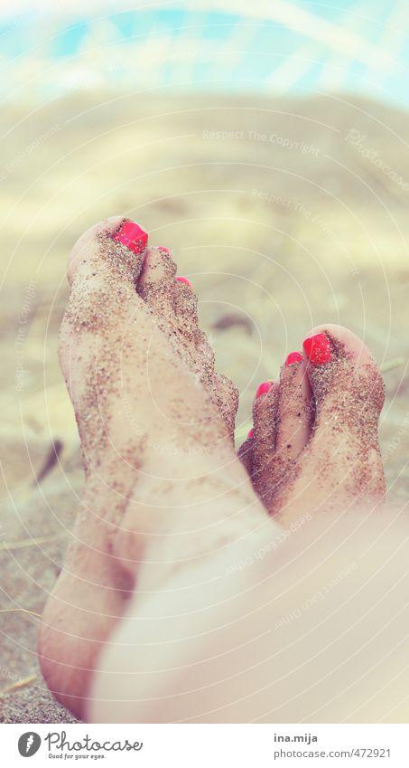 Sand an den Füßen II Jugendliche Ferien & Urlaub & Reisen Sommer Sonne Meer Erholung Junge Frau ruhig 18-30 Jahre Ferne Strand Erwachsene feminin Freiheit Sand Fuß