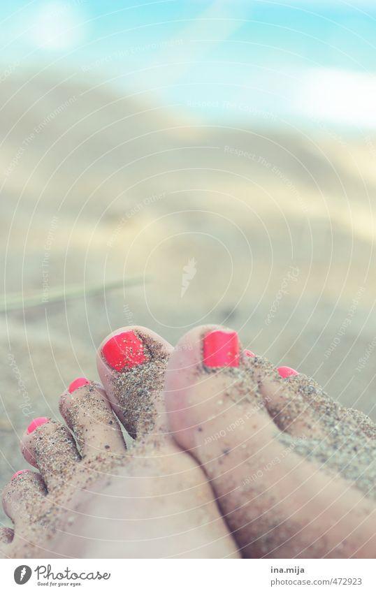 Sand an den Füßen I Mensch Frau Jugendliche Ferien & Urlaub & Reisen Wasser Sommer Erholung rot Junge Frau ruhig 18-30 Jahre Strand Erwachsene feminin