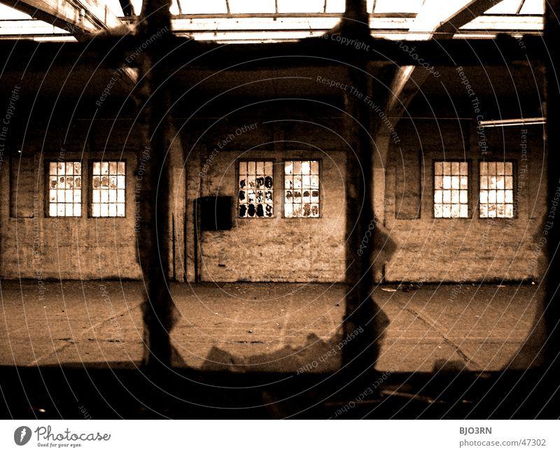 the lost #02 Einsamkeit dunkel Fenster Mauer Gebäude Fabrik gruselig Bahnhof gebrochen Fensterscheibe Scherbe