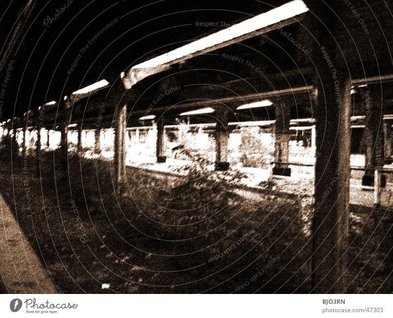 the lost #03 Einsamkeit dunkel Fenster Mauer Gebäude Fabrik gruselig Bahnhof gebrochen Fensterscheibe Scherbe