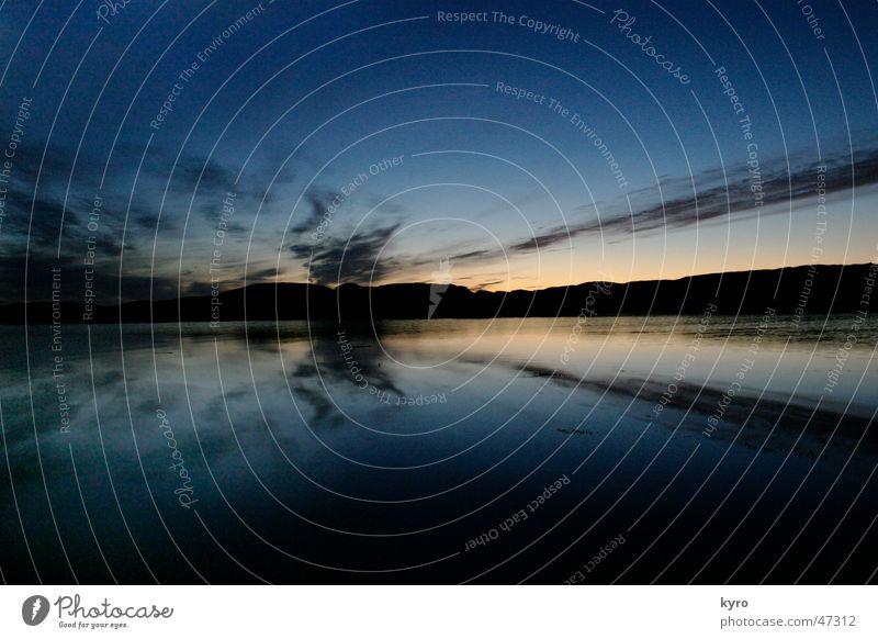 zu später stund See ruhig Atlantik Blende kalt Meer Strand Reflexion & Spiegelung Wolken schlechtes Wetter nass dunkel Nacht Glätte Fjord Wasser Farbe Pflanze