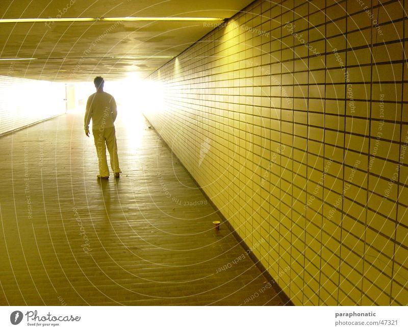 Licht in der Station Mann mehrere gelb Gegenlicht Beleuchtung erleuchten Schattenspiel gegen Kaffeebecher Karton Bodenbelag lang U-Bahn Endzeitstimmung Stil