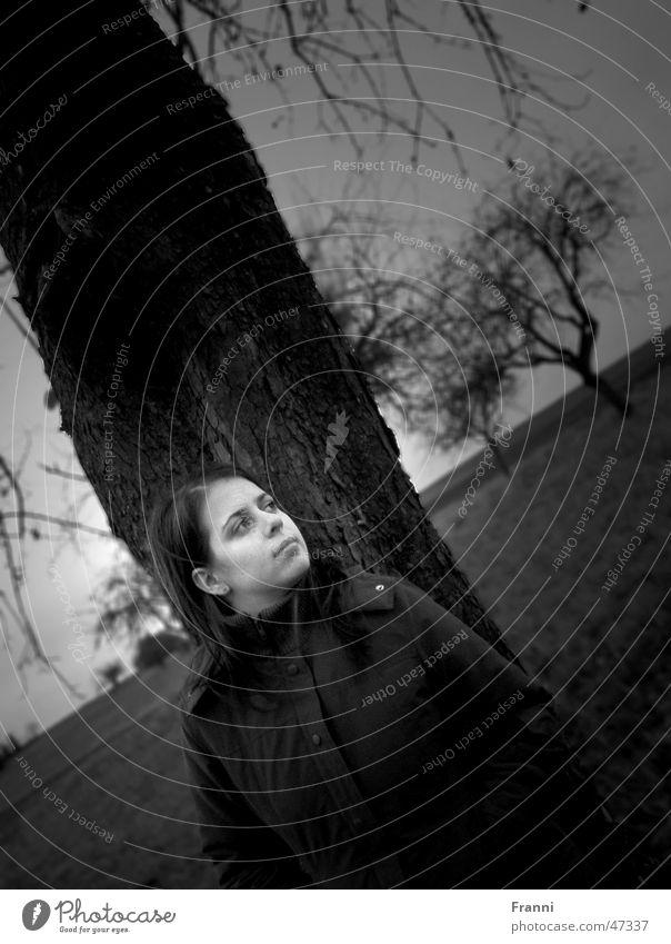 Unter den Bäumen Porträt Baum Frau Gelassenheit harmonisch Wiese Feld Natur Herbst Winter Stimmung ruhig Außenaufnahme Idylle Schwarzweißfoto erhloung Freiheit