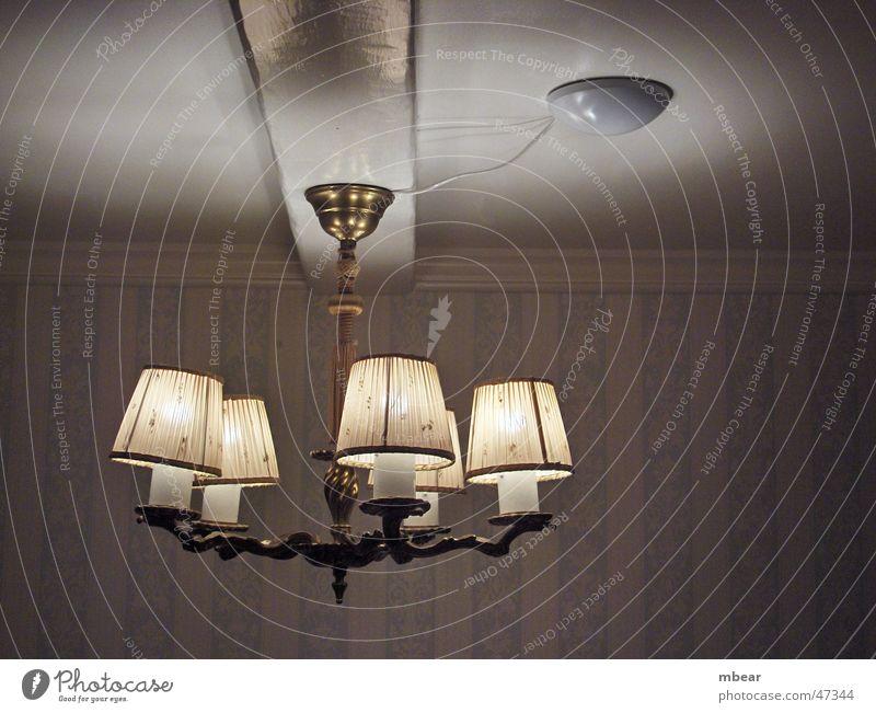 Lampe im Licht Deckenlampe Raum Tapete Landhaus Beleuchtung light hell