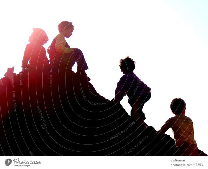 Erstbezwinger Sonne Freude schwarz Spielen Berge u. Gebirge Glück Erde dreckig Fröhlichkeit Bodenbelag Niveau Klettern Hügel Spielzeug Kleinkind