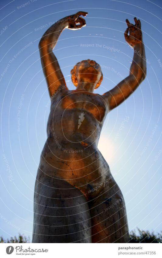 Goldene Frau Mensch alt Himmel blau Sommer ruhig Spielen Bewegung träumen Tanzen gold stehen Klarheit Statue gefroren